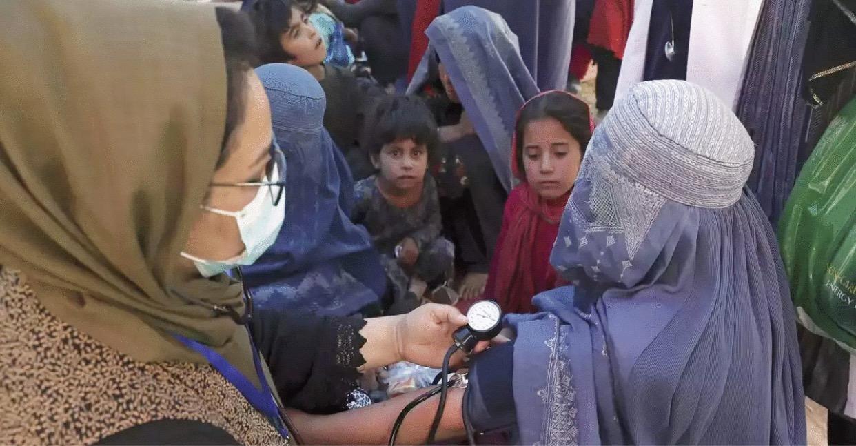 আফগান নারী স্বাস্থ্যকর্মীদের কাজে ফেরার আহ্বান