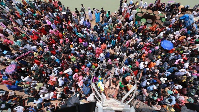 করোনাকে বৃদ্ধাঙ্গুলী দিয়ে গ্রামে যাচ্ছে মানুষ
